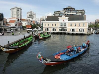 Aveiro acolhe maior desfile de Pais Natal em barco Moliceiro