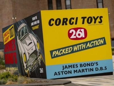 Aston Martin promove novo filme de James Bond com DB5 da Corgi em tamanho real