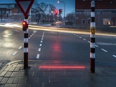 Por causa dos telemóveis, há cada vez mais cidades a colocar semáforos no chão