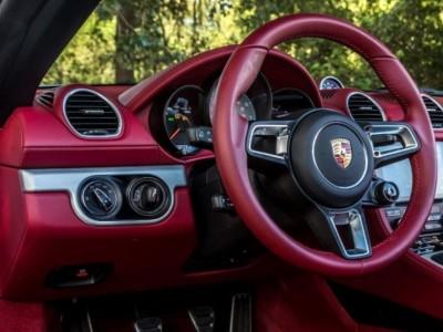 Sabe porque os Porsche têm a chave à esquerda?